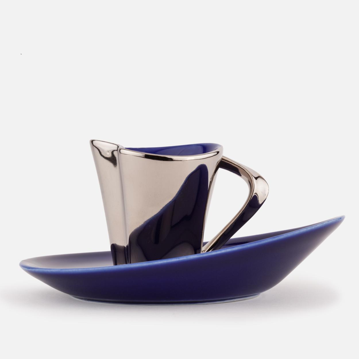 Taza de café y platillo de porcelana azul